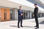 新園舎を施工した「大神」岩崎次郎社長(左)と「岩戸子ども園」山崎一樹園長