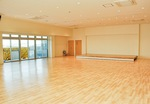 壁面収納可動式ステージを備えたホール。園外活動にも利用する