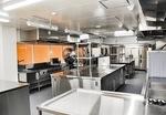 園児270人分の昼食を調理する給食室。園児が調理風景をのぞけるオープン設計