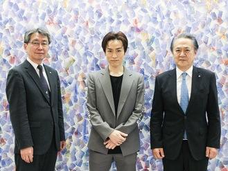 左から新倉聡横須賀市教育長、EXILE TETSUYA氏、上地克明横須賀市長