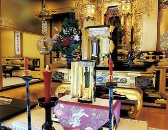公開された念持仏観音立像(写真中央)