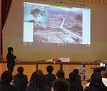 震災後、瓦礫に埋もれた南三陸町の様子を見る生徒