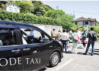 ▶満願寺を訪れた一行。大きなバスでは入れない場所も観光タクシーなら乗り付けることができる
