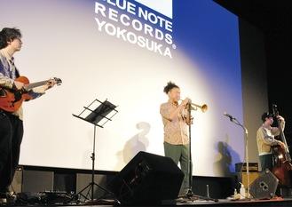 USブルーノート・レーベルからメジャーデビューした黒田卓也氏(中央)を中心にしたトリオでライブ