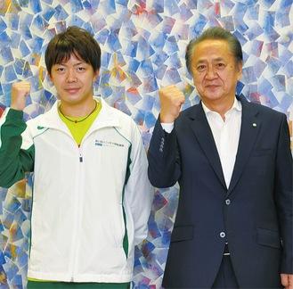 上地市長と並んでガッツポーズを決める加藤選手(左)