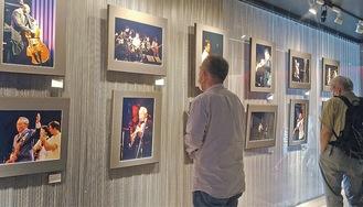 原信夫さんら著名なジャズプレイヤーたちのステージ写真が並ぶ