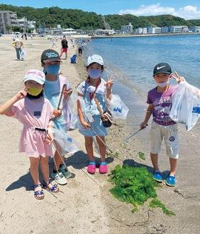 浜辺に打ち上げられたごみを拾う子どもたち