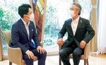 「ヴィンテージ・ヴィラ横須賀」で熱く議論を交わす2人