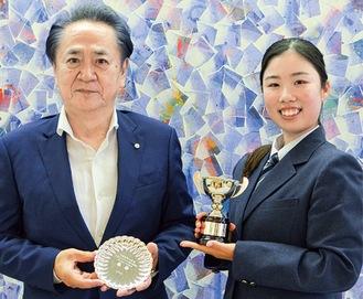 優勝杯を手に持つ越田さん(右)と上地市長