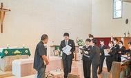 生徒が教会で「模擬葬儀」