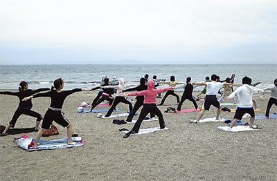 三浦海岸で「ビーチヨガ」