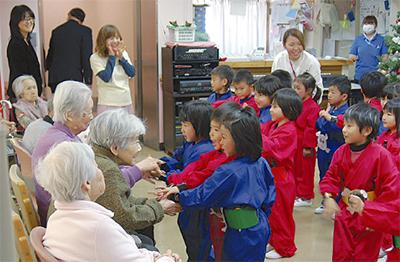 園児が高齢者と交流