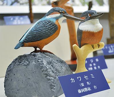 木彫りの野鳥で四季を表現