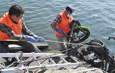 海洋投棄バイクを撤去 | 横須賀 ...