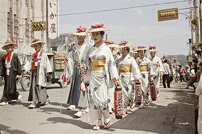 カラー写真で50年代の横須賀