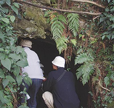 横穴墓群見学ツアー