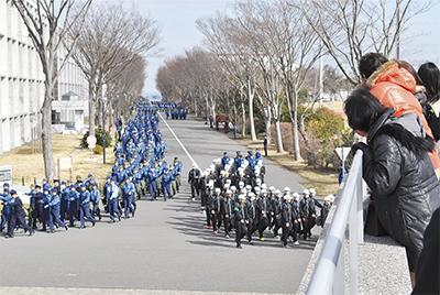 2千人の行進に熱視線