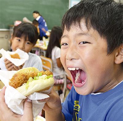 給食にバーガー  児童に大ウケ