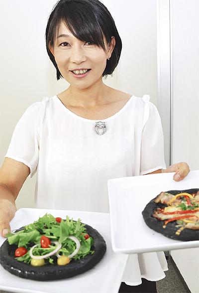 横須賀名物に「漆黒のピザ」