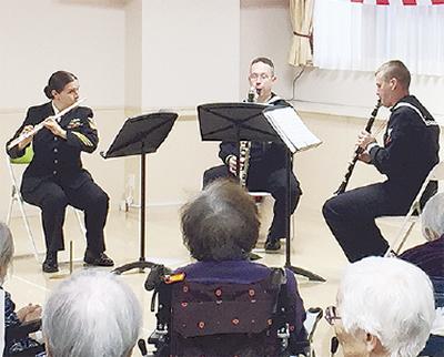 米海軍音楽隊が演奏