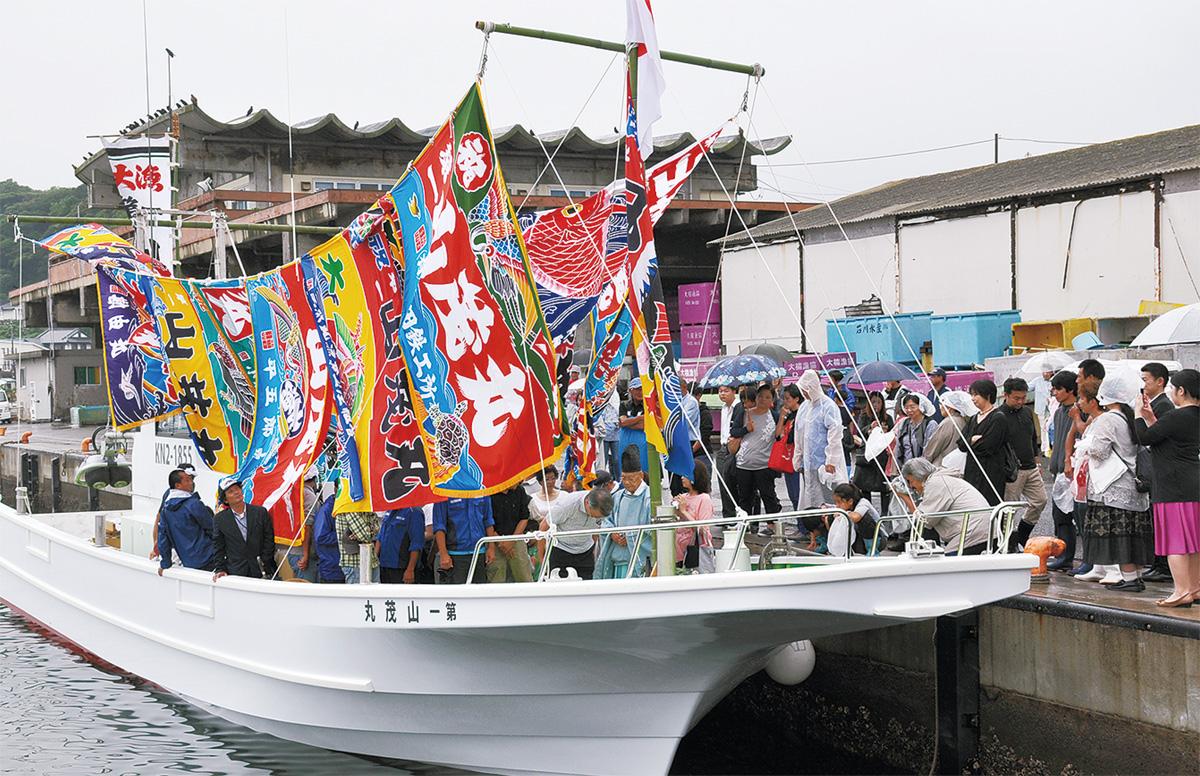 大漁旗まとい門出祝う