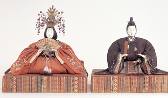 江戸時代に流行した「享保びな」を中心に、明治や大正時代までのかわいらしい古びなやひな道具が展示されている。桃の節句にあわせた一年に一度の優美な展覧会