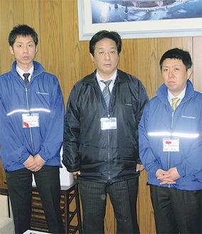 吉田市長を挟んで右が石渡さん、左が尾崎さん