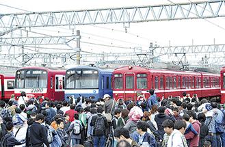 大好きな電車を間近で見られるとあって人気のイベント(写真は昨年の様子)