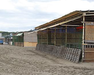 着々と海の家の建設が進む三浦海岸(6/21撮影)