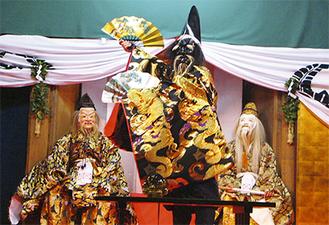 豪華な衣装を身にまとい、伝統芸能を披露(過去の様子)