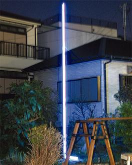 ネオン管を使ったL字型の光が闇に浮かぶ