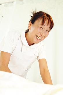 病室で患者と会話をする小野さん。声かけの大切さを日々実感するという