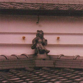 屋根にある鍾馗様の像
