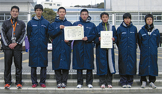 三浦市チームのメンバー(右から3人目が柴内選手)