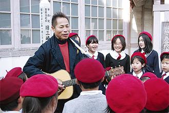 杉田さんと歌う子どもたち