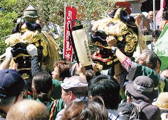 獅子が練る海南神社の例祭