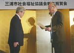 表彰を受ける菊池惠さん(左)