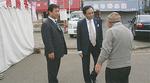 三浦海岸駅で地元の人と話す黒岩知事
