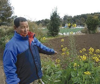 畑を前に城ケ島の現状を語る村田会長