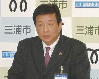 会見を行う吉田英男市長