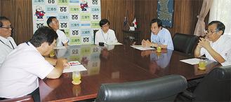 吉田市長に報告をする委員会の関係者(右)