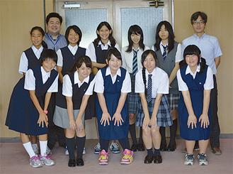 派遣生10人と引率の松田寿雄さん(三崎小教諭、右)田中昌徳さん(市職員、左)