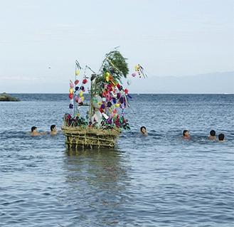 セイトッコたちと沖へ向かうオショロ舟(写真は過去のもの)