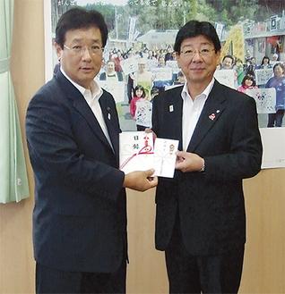 佐藤町長に義援金を手渡した吉田市長(市提供)
