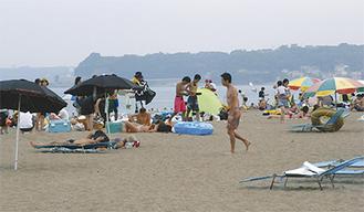 海水浴や日光浴を楽しむ人々(7月・三浦海岸)