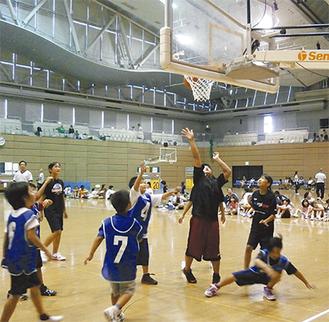 ゴール際の攻防(ミニバスケットボール大会)