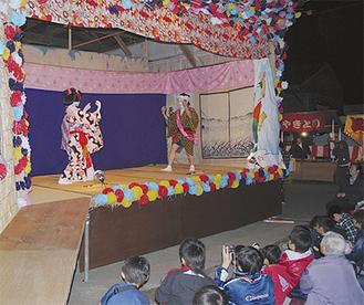 伝統的な踊りに見入る観客(写真は昨年)