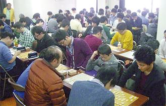 今年も多くの棋士が真剣勝負に挑んだ(会議所提供)
