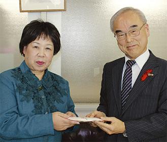 八木理事に義援金を渡す大井会長(左)