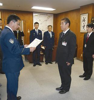 鈴木署長から感謝状が贈られる三浦藤沢信金の職員